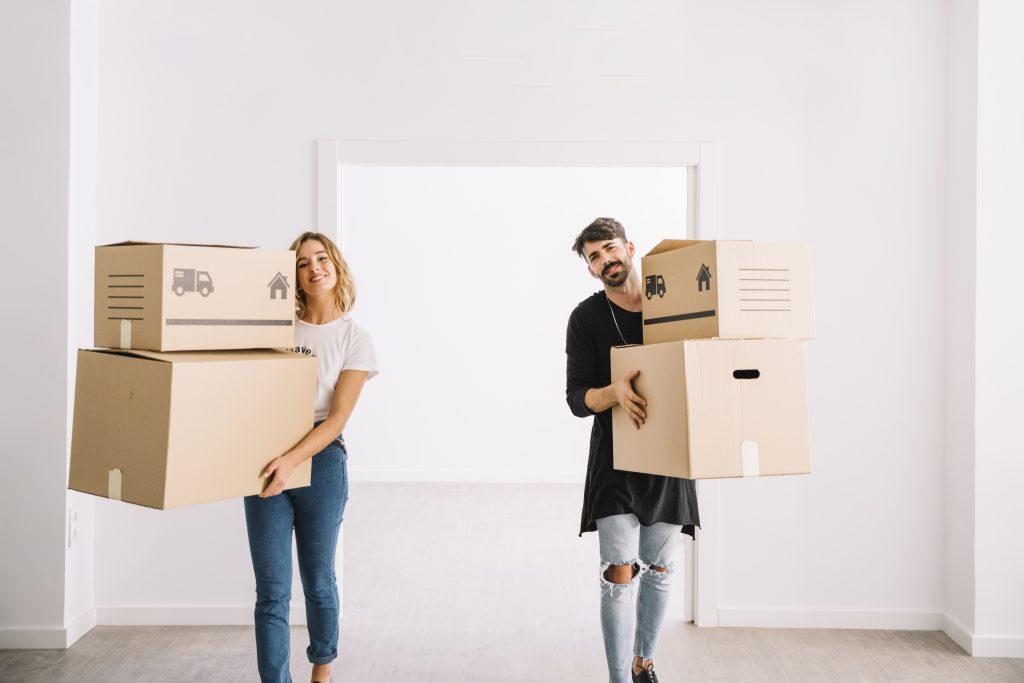 casal com caixas